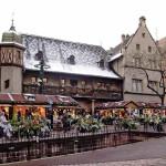 Christmas Market in Colmar (Marché de noël de Colmar), Alsace, France. Author Office de Tourisme de Colmar. Licensed under Creative Commons Attribution.