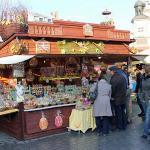 Christmas market in Krakow, Poland. Author Praktyczny Przewodnik. Licensed under Creative Commons Attribution