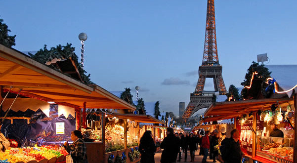 Mercado de Natal no Trocadero, Paris, França. Author Dalbera. Licensed under the Creative Commons Attribution