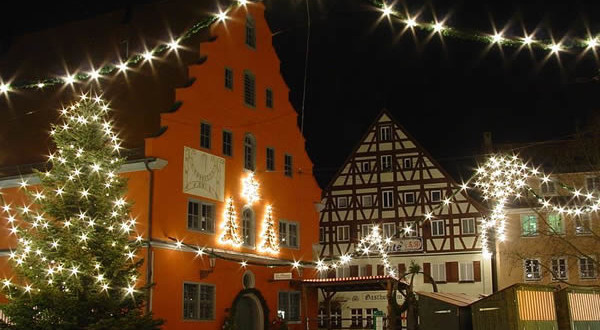 Christmas market in Nördlingen im Ries, Bavaria, Germany. Author Lorenadelperu. Licensed under the Creative Commons Attribution-Share Alike