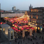 Christmas market in the square of the Cathedral of Cologne (Weihnachtsmarkt am Kölner Dom), Cologne, Germany. Author © Superbass CC-BY-SA-3.0 (via Wikimedia Commons)